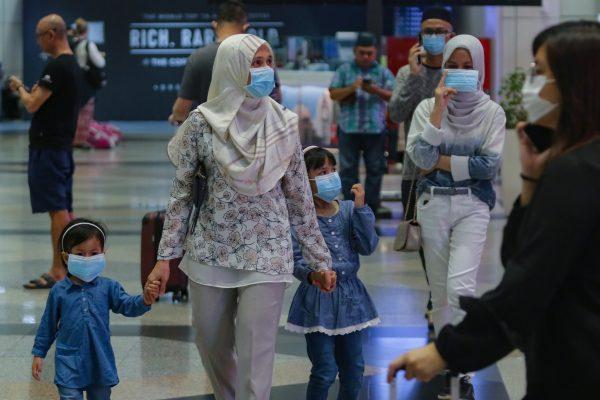 SEPANG 07 MAC 2020. Orang ramai memakai topeng muka sebagai langkah berjaga-jaga gelombang kedua penularan COVID-19 ketika tinjauan di Lapangan Terbang Antarabangsa Kuala Lumpur (KLIA), Sepang. NSTP/AIZUDDIN SAAD